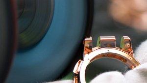 Polissage de pièces d'horlogerie